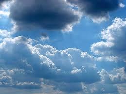 ابرهای متراکم در آسمان آبی