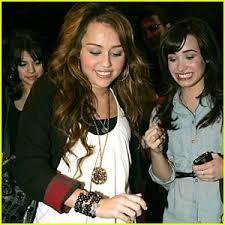موسوعه صور ديمي للمسن Miley-selena-demi-koi-restaurant
