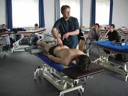 Guido Meert, Schulleiter des DFO, demonstriert eine sanfte Untersuchungsmethode bei einem seiner Studenten - MeertFingerI_klein