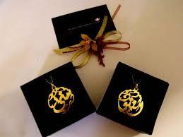 حصريآ الان الاكسسورات المطليه بالذهب باسمك واسم من تحبين ..ْ~ images?q=tbn:ANd9GcQ
