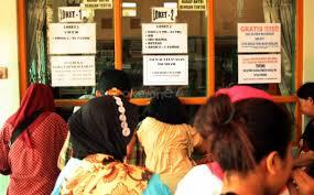 Warga yang antri menunggu pelayanan publik disalah satu pelayanan publik pemprov DKI Jakarta (photo: okezone.com)