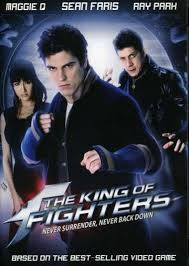 "The King Of Fighters (2010) Doblaje: latino Género: accion,artes marciales Sinopsis: Adaptación a imagen real del videojuego de lucha ""The King of Fighters"". Dirigida..."