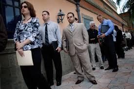 file de chômeurs devant bureau du travail