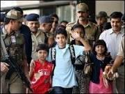 Milhares recebem crianças do filme vencedor do Oscar na Índia