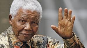 """""""Quando Nelson Mandela, dopo 27 anni di prigione, ritrova la libertà, trascina tutto il suo popolo, amici e avversari, non solo verso la libertà, ma oltre, ... - Nelson-Mandela"""