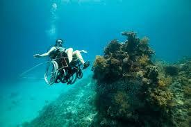 Artista paraplégica faz mergulho com cadeira de rodas subaquática ...