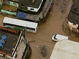 Chuva alaga bairros de Belford Roxo e põe rios da baixada em ...