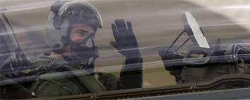 Felipe de Borbón haciendo de piloto en un avión de combate