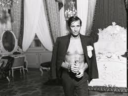 Zu Beginn des Jahres zeigte uns Ex-Finanzminister Karl Grasser seinen nackten Oberkörper in \u0026quot;Vanity Fair\u0026quot; und sorgte damit für Aufregung. - grassercomtevanityfair