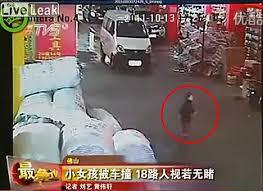 Yueyue, la fillette de 2 ans écrasée par deux voitures, et ignorée par les passagers en chine