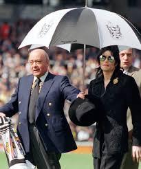 Dueño del Fulham Construira Estatua de Michael Jackson. Images?q=tbn:ANd9GcRUDrltk13FsTujQspBq-BKEBpQrR53-VA-hpA7M2mCvdP3VlcHuw&t=1