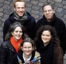 Zum Ensemble gehören Liz Hirst (Flöte), Sandra Radeke (Klarinette/Tamburin), Miriam Rudolph (Violine/Viola), Philipp Schiemenz (Violoncello) und Hans ... - 10593526