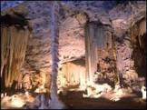 Mulher obesa entalada prende 22 turistas em caverna