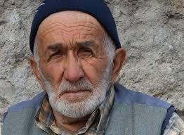 Fotoğraf çekmek için köyün içine girdim… Ahmet amca Yaşlı bir amca ve iki tane de teyze ile sohbet ettim. 80 yaşındaki Ahmet amcanın fotoğraflarını ... - ahmet-amca2