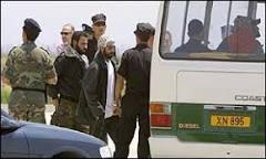 Palestinos chegam a Chipre após fim do impasse em Belém | BBC ...