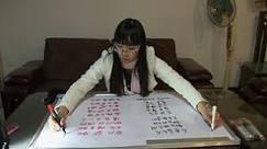 Chinesa escreve em duas línguas diferentes ao mesmo tempo ...