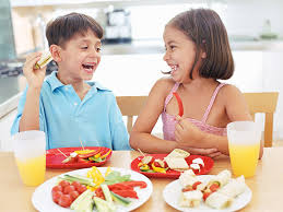 Los niños comen frutas y