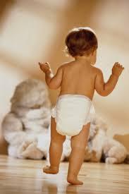 لماذا يسقط الطفل عند بداية تعلمه للوقوف والمشي