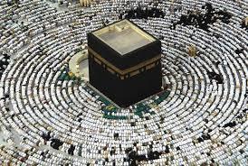 Главная мусульманская святыня Кааба представляет собой кубическую постройку на территории Заповедной мечети в Мекке.