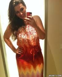 Blogueira de moda encontra foto sua de biquíni em site de pornografia