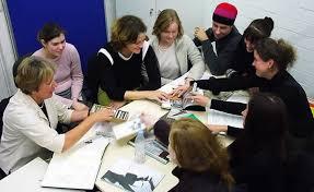 Kommunikationsdesign), Isabell Bischoff (Assistentin, künstl.-wissenschaftl. Mitarbeiterin), Melissa Seelig (11. Sem. Kommunikationsdesign) und Britta ... - projekt2