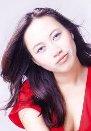 Và Khánh Linh đã tìm cho mình một con đường riêng để đi, không chỉ trong phạm vi gia đình mà còn tách biệt so với các đồng nghiệp trong nghề. - KhanhLinh1