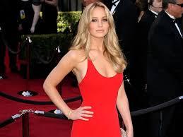 ハリウッド女優  ワキ|集まった観衆に手を振る主演女優のワキの下は、まさかのフサフサ状態! 大物女優のオープンなワキ毛は、驚きをもって報じられた。