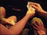 Policial faz bico trabalhando como prostituta