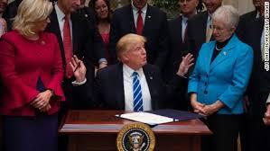 trump desk trump jokes about u0027glamorous u0027 tiny desk cnnpolitics