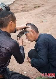 حلاق يحلق الشعر باستخدام منجل  Images?q=tbn:ANd9GcTBzGz6P2qP-SHLAzxPiXjBcUdddPcAYV-_oZjA3Ahk354bphryCQ