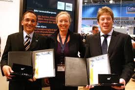 Maren Kern (BBU) gratulierte den Preisträgern Volker Theobald (links) und Martin Heide (rechts). Foto: BBA. Erstmals wurde der BBU-Immobilienpreis an die ... - e04e6bcddf3661c78936baa21e25e063_g