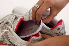 Como limpar o tênis e evitar o cheiro de chulé - Lar Natural