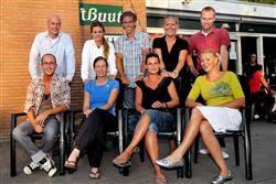 Het bestuur van het Grass Devil Dubbeltoernooi, met op de voorste rij v.l.n.r. Remy Heykoop, Manon de Groot, Martine Kok en Sandra Blakenburg. - grassdevil