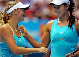 Golu Caroline Wozniacki spasila djelatnica turnira! Images?q=tbn:ANd9GcTjLsh_AclbLIg2Z9SZ6ohLa8TsPSQTDGZyXHhEelMWmlnW4vkR