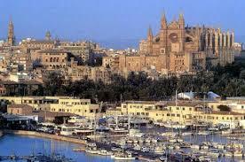 Arriba a la izquierda se encuentra la catedral de Mallorca que los turistas lo visitan mucho
