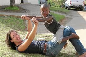 Miriam Lorenz spielt mit ihrem Patenkind Sphe. Nach ihrer Tätigkeit in einem Kinderheim in Nkandla, Provinz KwaZulu, geht die aus Straßberg stammende ... - media.media.0c946128-d1ed-402e-80a1-414e109db1a8.normalized
