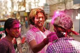 Si festeggia gettando polvere ed acqua colorata