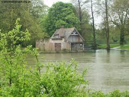 کلبه در کنار رود در جنگل