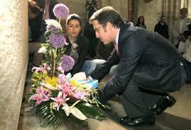 Feijoo ofrenda flores ante la tumba de Castelao