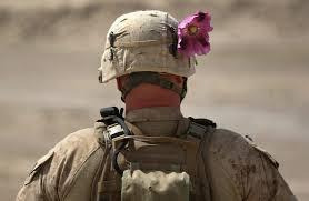 soldato con fiore di oppio