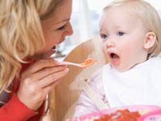 בול פגיעה - משחקת עם אוכל והילד