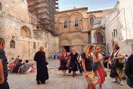בית ישראל * Haus ISRAEL 02-277%20Visiting%20pilgrims%20&%20prelates%20from%20every%20corner%20of%20the%20globe%20throng%20the%20courtyard%20of%20The%20Holy%20Sepulchre%20Church%20in%20the%20Old%20City%20Jerusalem.