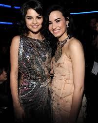 موسوعه صور ديمي للمسن Selena-Gomez-Demi-Lovato-AMA
