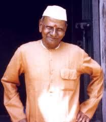 * Nisargadatta Maharaj Hindu_Nisargadatta_Maharaj_standing_outside_smaller