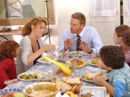 lucrezia lante della rovere e kaspar capparoni in una scena familiare di donna detective 50024 Il quoziente familiare, miraggio delle famiglie italiane con figli.