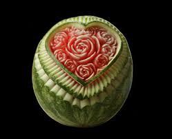 فن النقش على البطيخ الاحمر