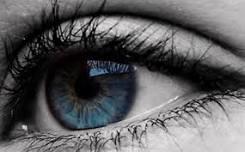 ojo de color verde azulado