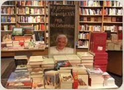 они собрали воедино для экспозиции книги Бенедикта XVI